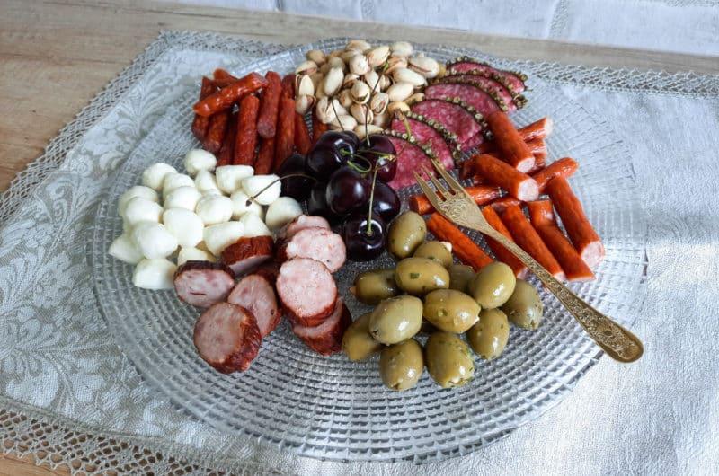 Smakowicie podane wędliny, sery i przekąski