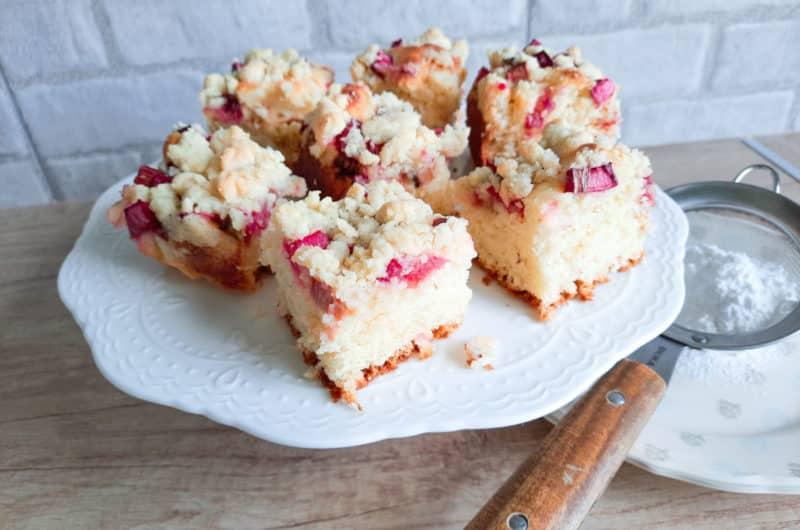 Drożdżowe ciasto rabarbarowe z maślaną kruszonką