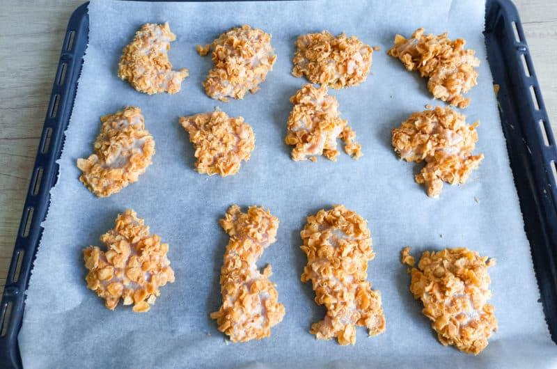 Nuggetsy z kurczaka pieczone w płatkach kukurydzianych
