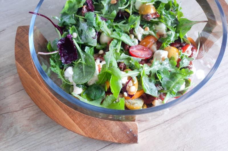 Lekka sałatka pomidorkami, fetą, mozzarellą i miodowym vinegret