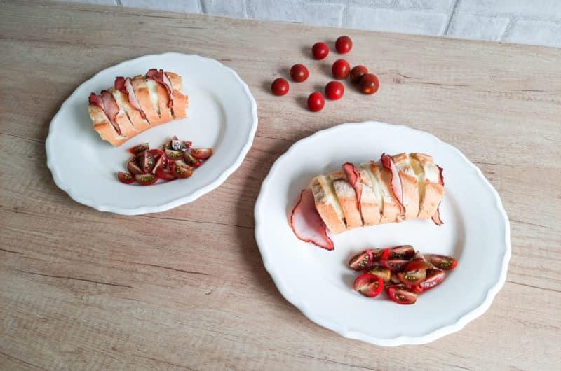 Pieczona bagietka wypełniona serem i szynką