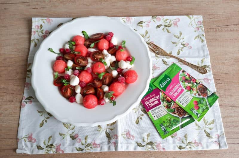 Letnia sałatka caprese z owocowymi dodatkami