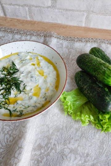 Kremowy grecki sos tzatziki z ogórków gruntowych