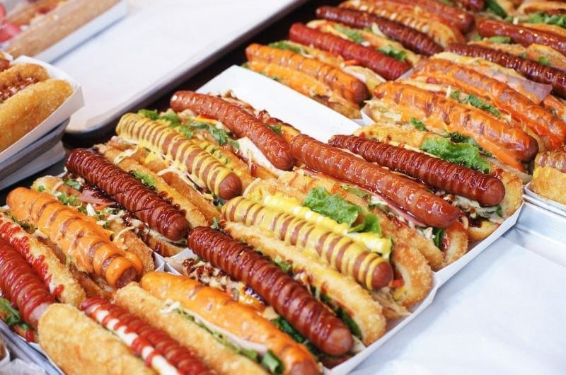 Hot dogi z karmelizowaną cebulką i papryką