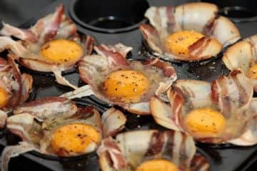 Jajka pieczone w koszyczkach z plastrów bekonu