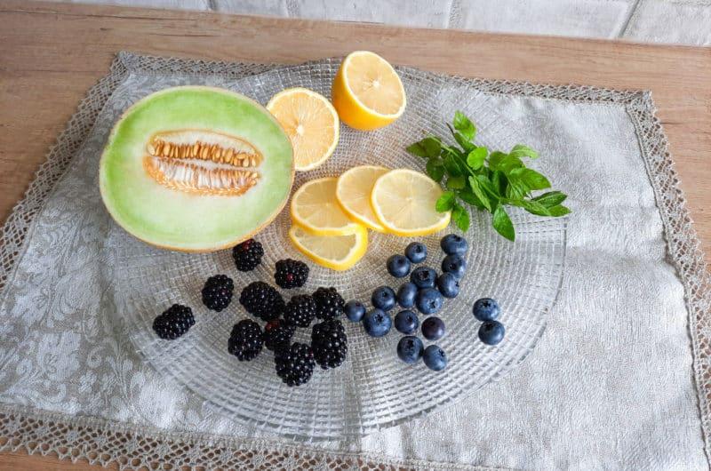 Woda smakowa z owocami i świeżą miętą