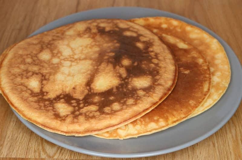 Śniadaniowy omlet z sosem miodowym i owocami