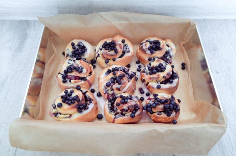 Drożdżowe ślimaczki z białym serem i jagodami leśnymi