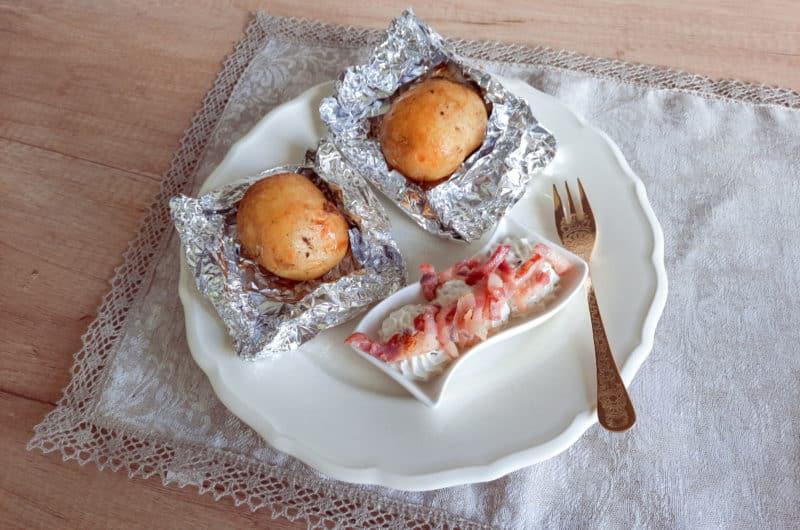 Pieczone ziemniaki w mundurkach z gzikiem i skwarkami