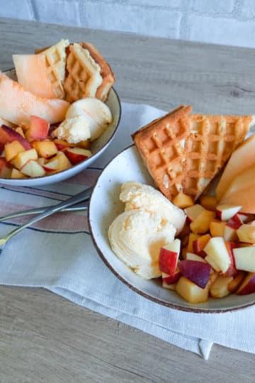 Gofry z lodami i świeżymi owocami