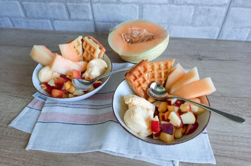 Deser lodowy z goframi i świeżymi owocami
