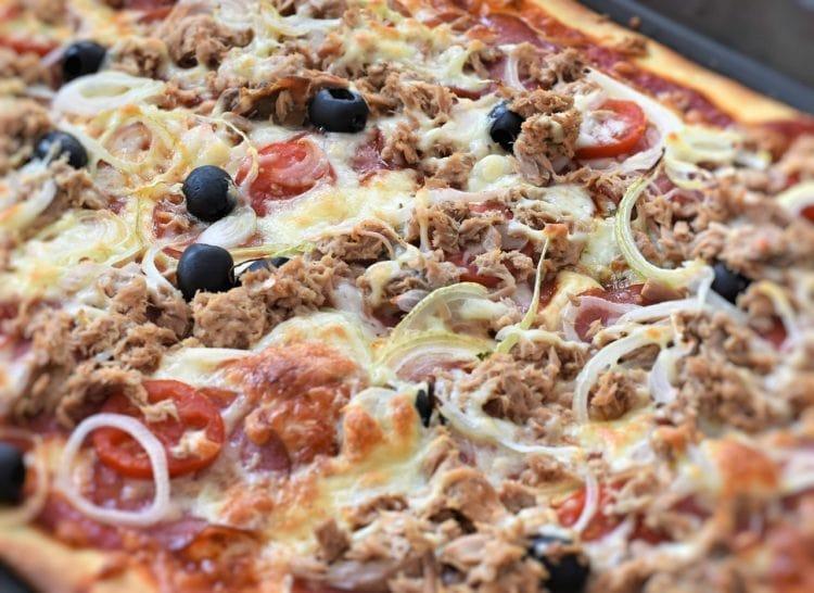 Pizza al Tonno. Pizza z tuńczykiem