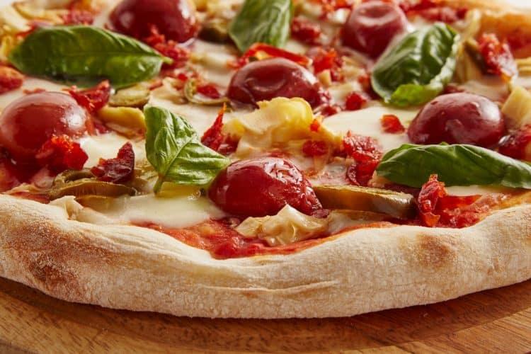 Pizza Caprese. Lekka pizza z pomidorami