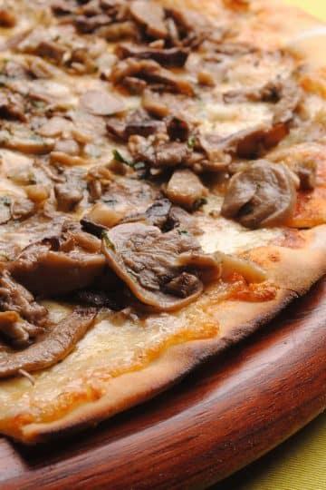 Pizza Funghi. Włoski przepis