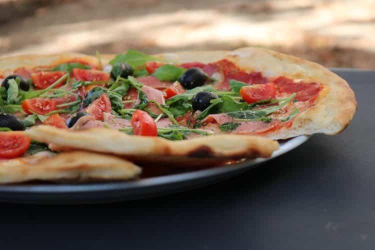 Pizza Parigina. Pizza z szynką parmeńską