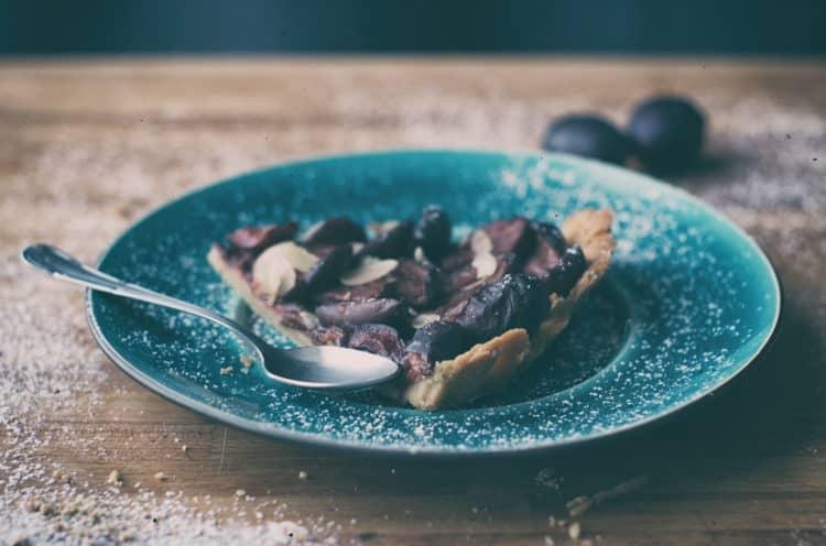 Tarta kakaowa ze śliwkami i budyniową pianką