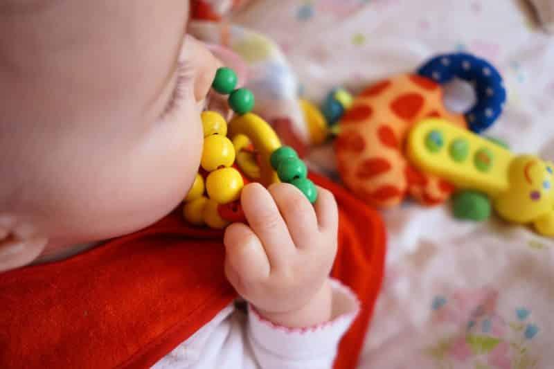 Ząbkowanie u niemowląt. Rozpoznawanie objawów.