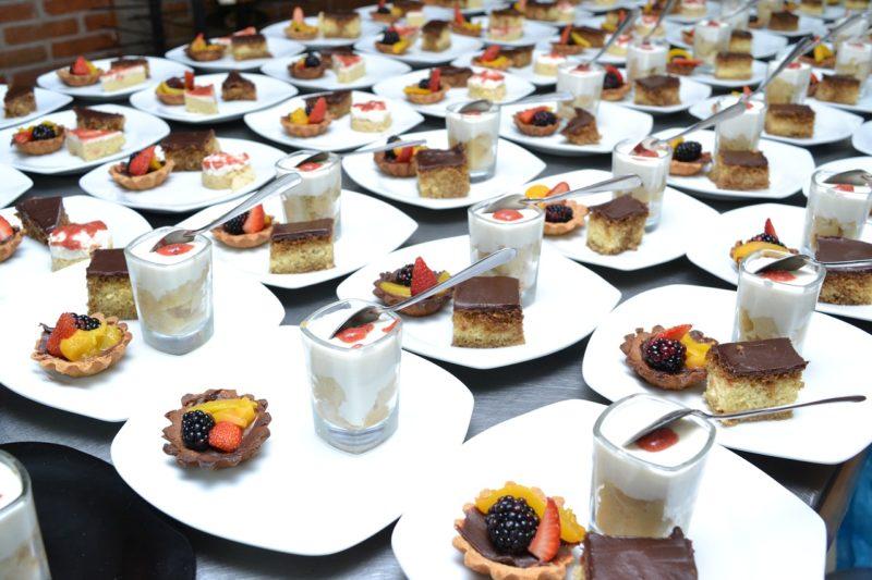 Katering słodyczy i deserów na białych talerzykach