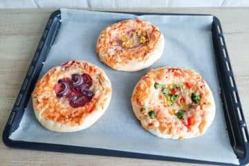 Puszyste pizzerinki drożdżowe