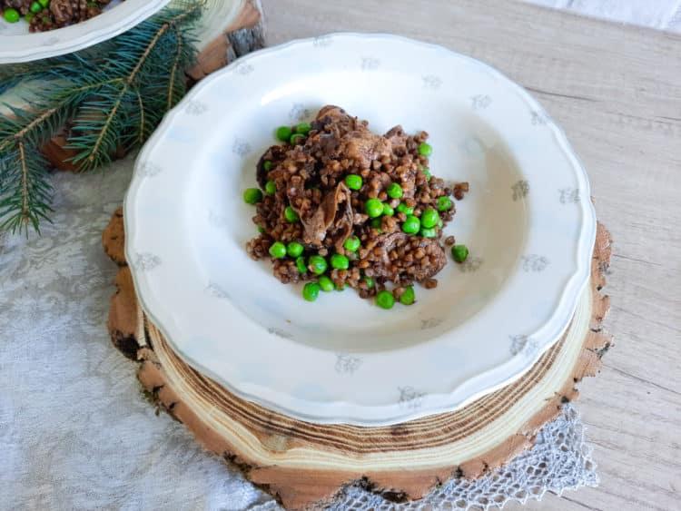 Kaszotto z grzybami leśnymi, kurczakiem i zielonym groszkiem