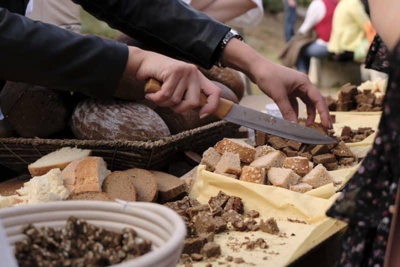 Chleb gruziński krojony na małe kosteczki