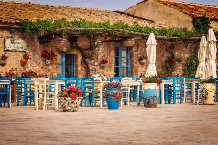 Przód restauracji, tawerny na Sycylii. Stary budynek z kamienia.